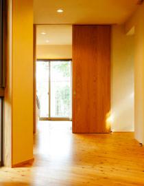 大分県産の自然素材の床材を間取りに合わせて貼った床