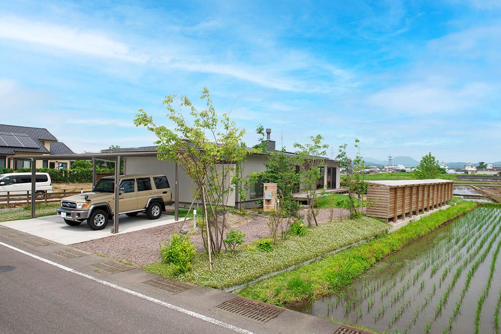 大分県大分市の「日本ハウジング」が建てた田園に建つ平屋