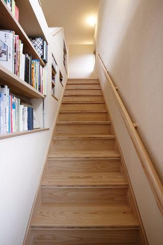 階段横に本棚がある夢の注文住宅