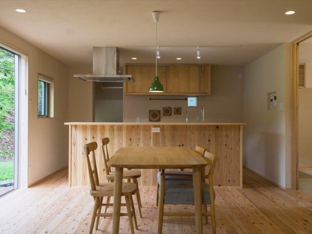 みんなの集うリビングも注文住宅ならではの自然素材の家具で