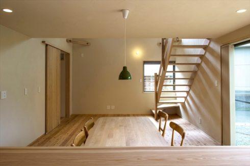キッチンから見たダイニング、自然素材で作られた家具