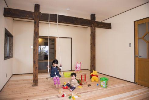 子供部屋も古民家の梁を活かしてブランコを作りました