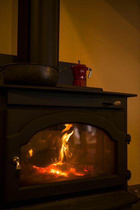 リノベーションして大きくなった空間を暖める薪ストーブ