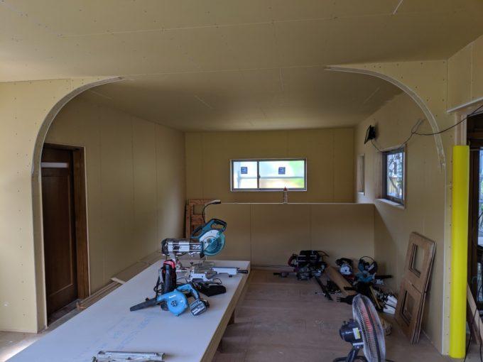 リビングにあるアーチ壁、プロバンス風に仕上げる