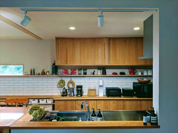 キッチンに魅せる収納を設ける